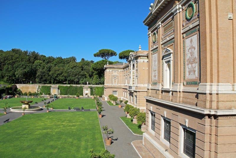 Sikt av Vaticanenmuseumträdgården Europa italy rome fotografering för bildbyråer