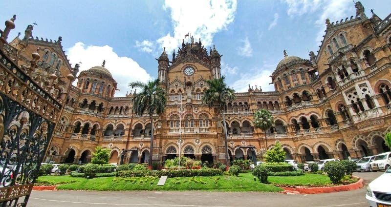 Sikt av victorian byggnad n?ra V T Cst-stationsbyggnad i afton, Mumbai, Maharashtra, Indien royaltyfria foton