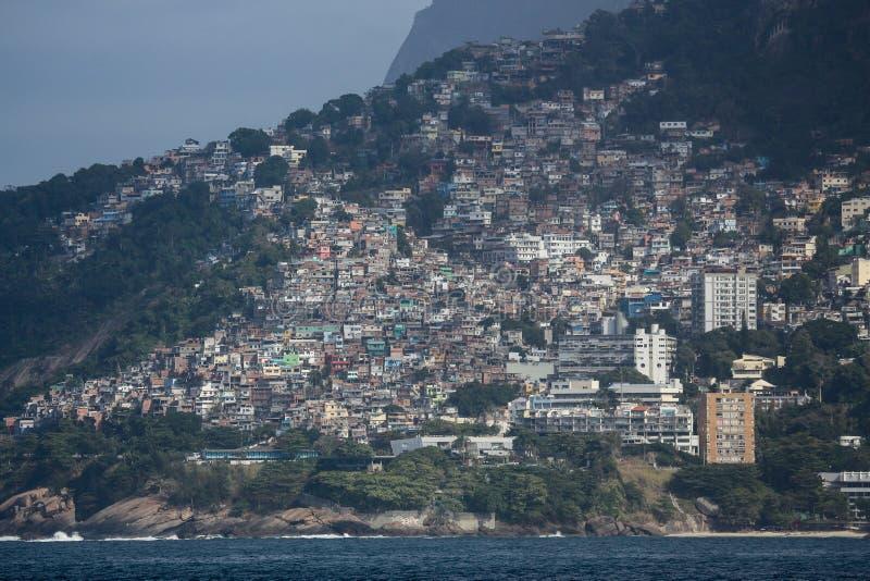 Sikt av Vidigalen Favela i Rio de Janeiro arkivfoton