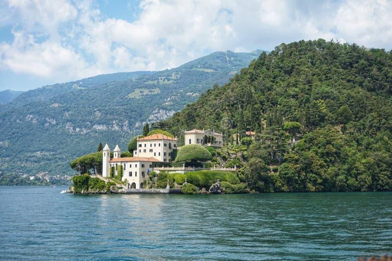Sikt av villan del Balbianello i staden av Lenno på sjön Como royaltyfri foto