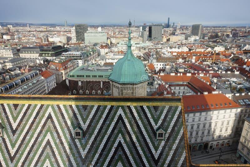 Sikt av vintern Wien från tornet av domkyrkan för St Stephen's arkivfoton
