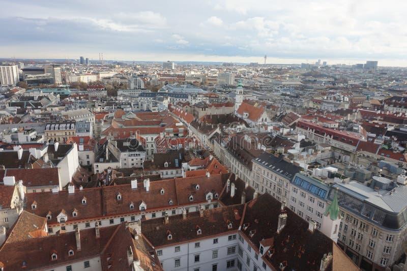 Sikt av vintern Wien från tornet av domkyrkan för St Stephen's fotografering för bildbyråer