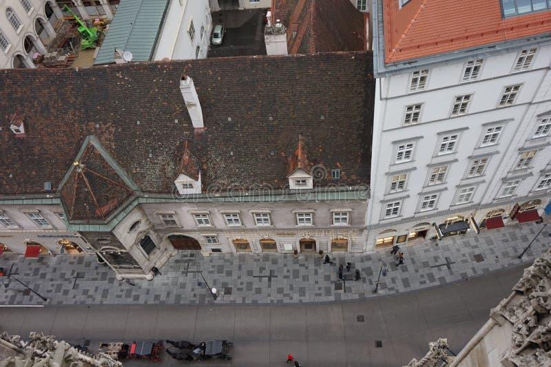 Sikt av vintern Wien från tornet av domkyrkan för St Stephen's Stad i en ogenomskinlighet arkivfoton