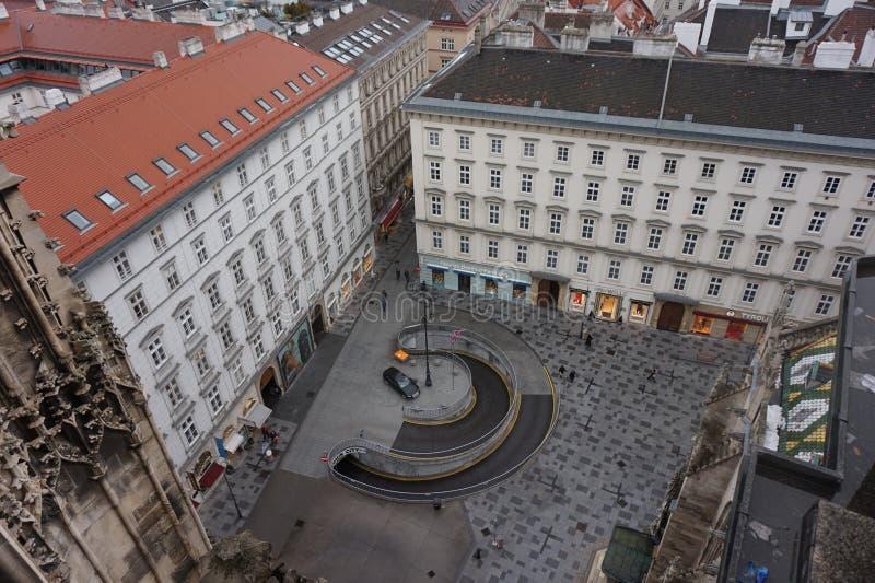 Sikt av vintern Wien från tornet av domkyrkan för St Stephen's Stad i en ogenomskinlighet royaltyfria foton