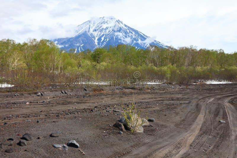 Sikt av Volcano Koryaksky i mulet v?der, Kamchatka halv?, Ryssland royaltyfri bild