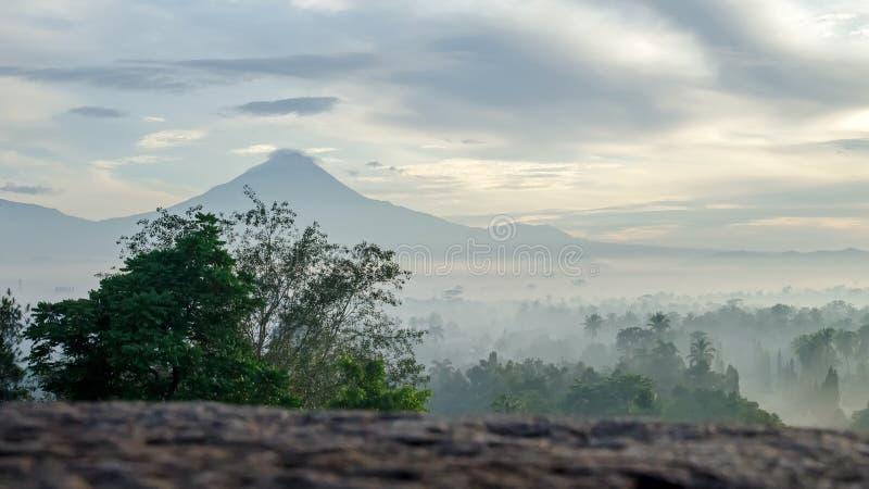 Sikt av vulkan i morgonmisten royaltyfria bilder