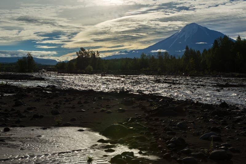 Sikt av vulkan Ostry Tolbachik från floden Studenaya på gryning Kamchatka halvö arkivfoto