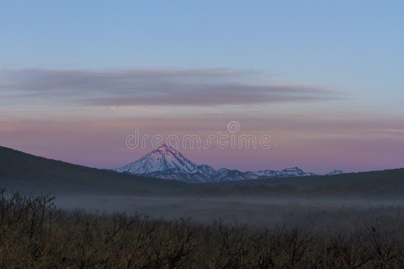 Sikt av vulkan Vilyuchinsky p? gryning, Kamchatka halv?, Ryssland royaltyfria foton