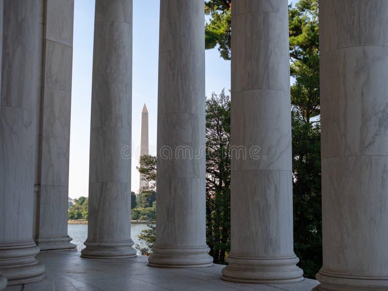 Sikt av Washington Monument till och med marmorkolonnerna av Jefferson Memorial royaltyfri foto
