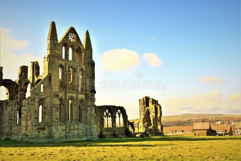 Sikt av Whitby Abbey framifrån, inom visitermittjordningen arkivfoto