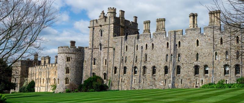 Sikt av Windsor Castle väggar och tornet med välvda fönster, England arkivbild