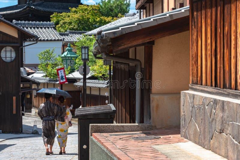 Sikt av Yasaka-dori område med den Hokanji tempelYasaka pagoden arkivfoto