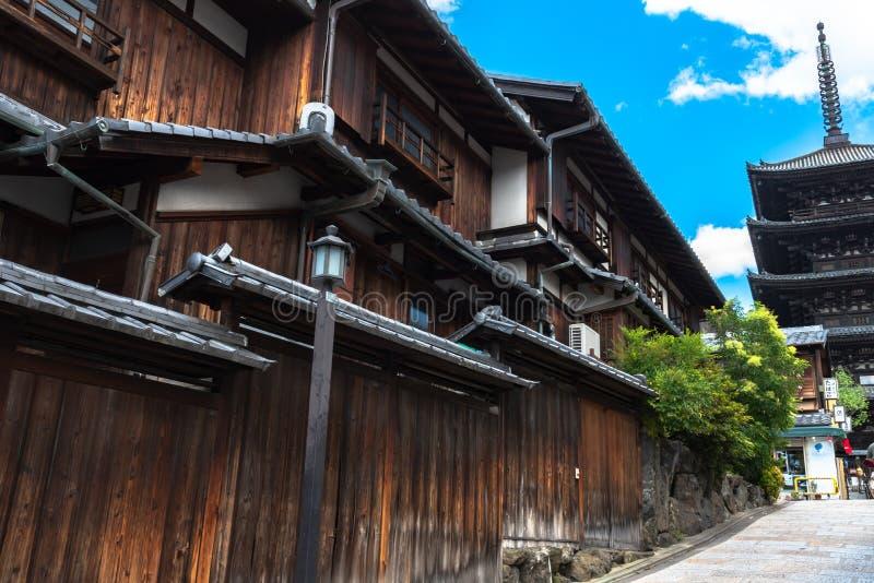 Sikt av Yasaka-dori område med den Hokanji tempelYasaka pagoden royaltyfri bild