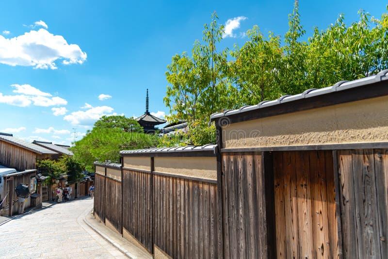 Sikt av Yasaka-dori område med den Hokanji tempelYasaka pagoden royaltyfri foto