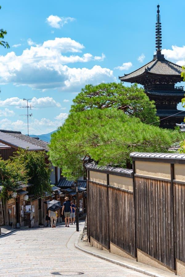 Sikt av Yasaka-dori område med den Hokanji tempelYasaka pagoden arkivbilder