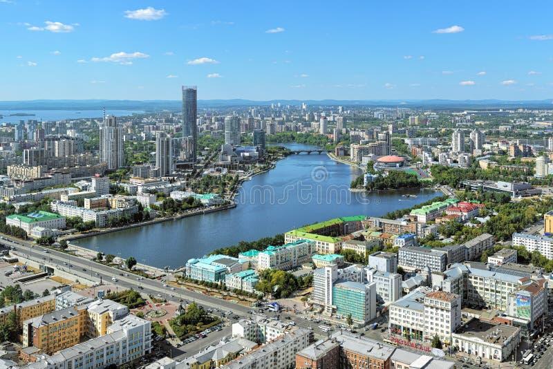 Sikt av Yekaterinburg från observationsdäck på den Vysotsky skyskrapan arkivbilder