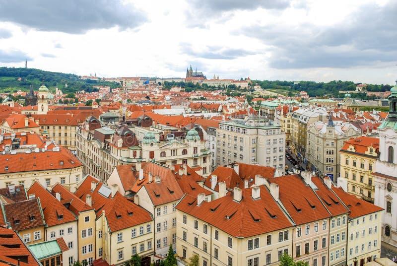 Sikt för öga för fågel` s av staden av Prague med mulen himmel som ses från den gamla staden Hall Tower, också som är bekant som  royaltyfria foton