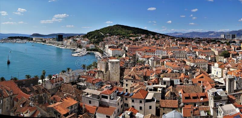 Sikt för öga för fågel` s av staden av splittring, Kroatien arkivbild