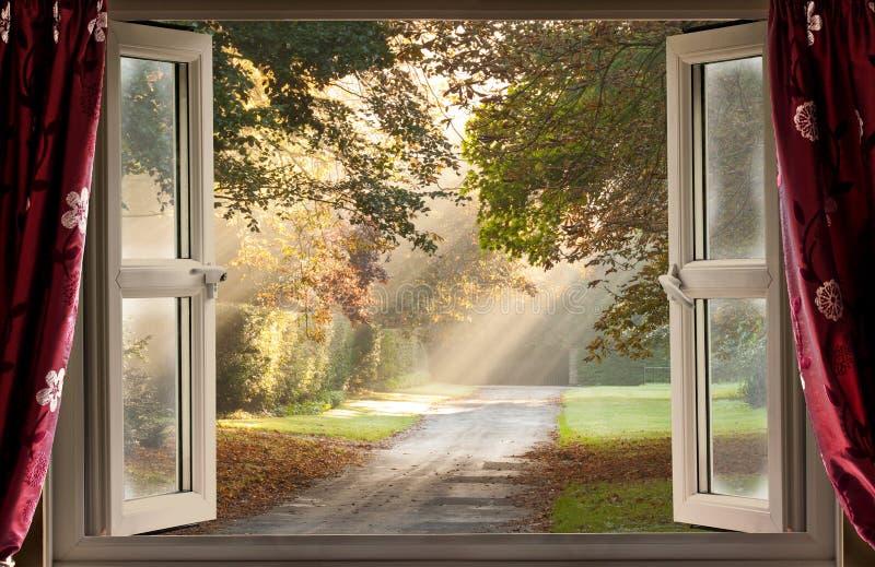 Sikt för öppet fönster på ett land royaltyfria foton