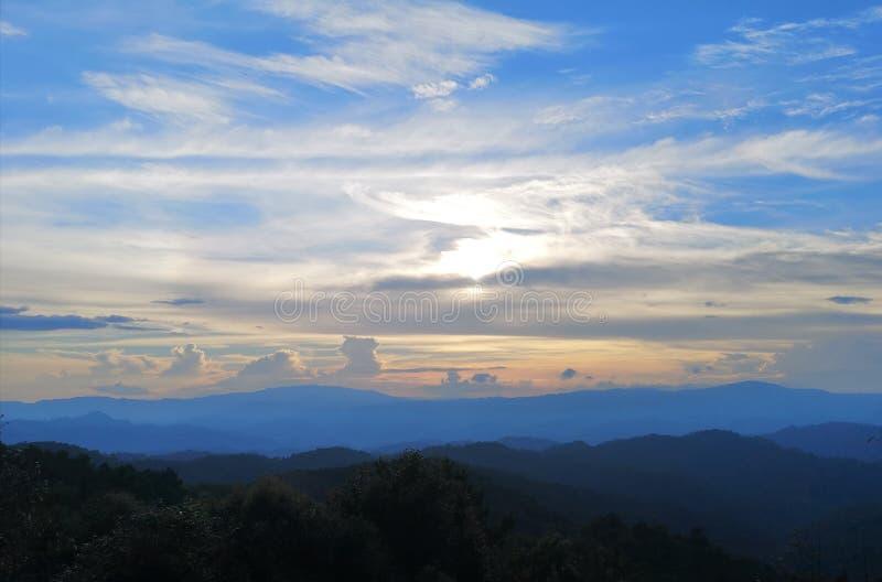 Sikt för ‹för mountain†för ‹för Sunset†‹and†royaltyfri bild