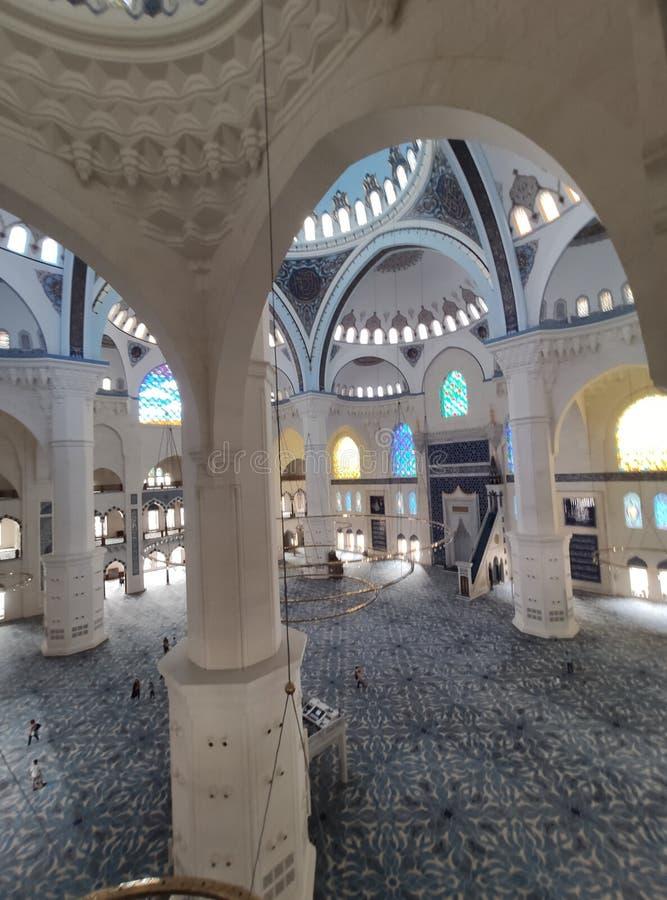 04 sikt för Augusti 19 CAMLICA MOSKÉborggård i Istanbul, Turkiet r royaltyfri bild