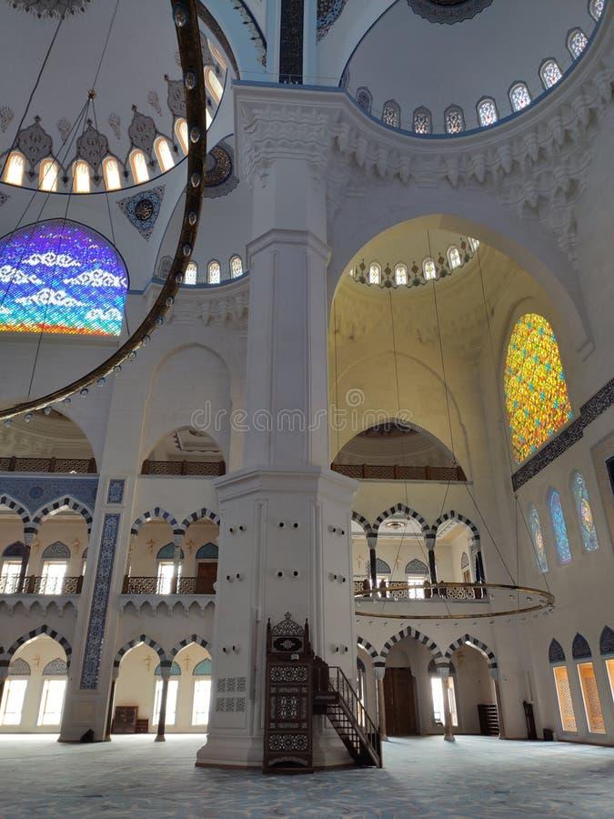 04 sikt för Augusti 19 CAMLICA MOSKÉborggård i Istanbul, Turkiet r arkivbilder