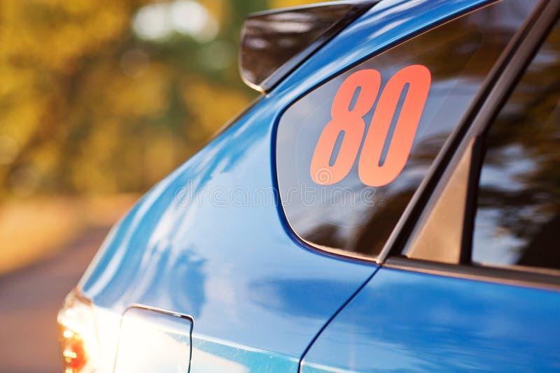 Sikt för bakre sida av den blåa sportbilen royaltyfri bild