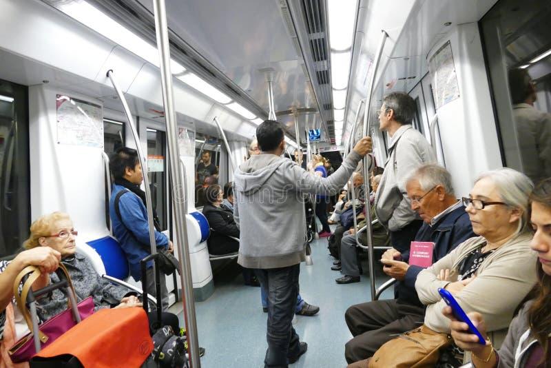 Sikt för Barcelona tunnelbana ombord med placerat folk royaltyfri bild