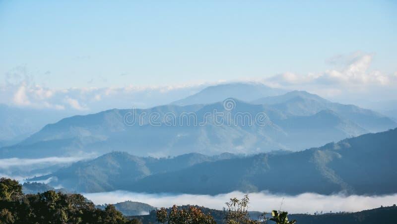 Sikt för berglandskappanorama och ljus blå himmel , bakgrund för blå himmel med mycket små moln arkivfoton
