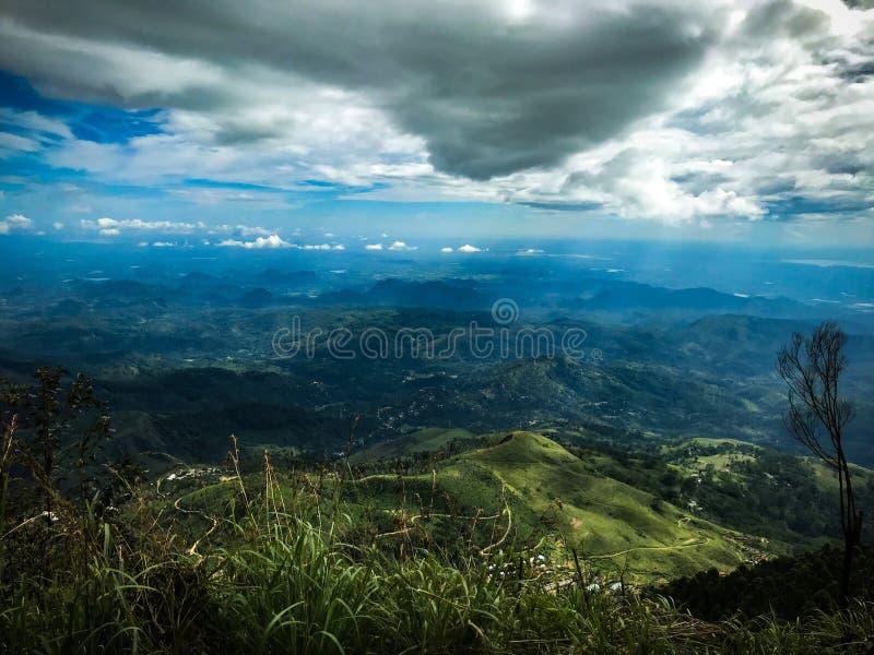 Sikt för blå himmel för oändlighet från överkanten av berget royaltyfri bild