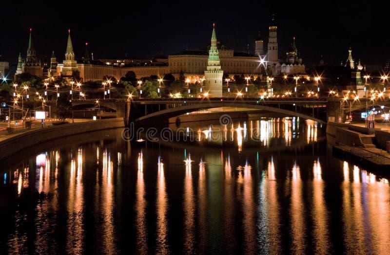 sikt för brokremlin moscow natt s royaltyfri foto