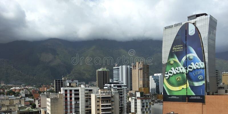 Sikt för Caracas stadshorisont från Francisco de Miranda Avenue i den Chacao kommunen royaltyfri fotografi
