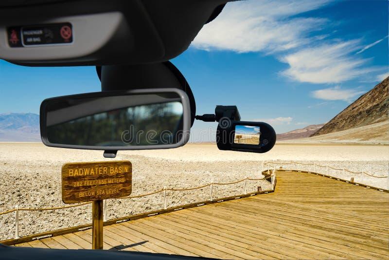 Sikt för Dashcam bilkamera av den Badwater handfatet, Death Valley, USA arkivfoton