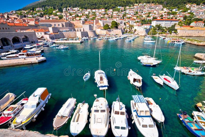 Sikt för Dubrovnik hamn- och stadsväggar arkivbild