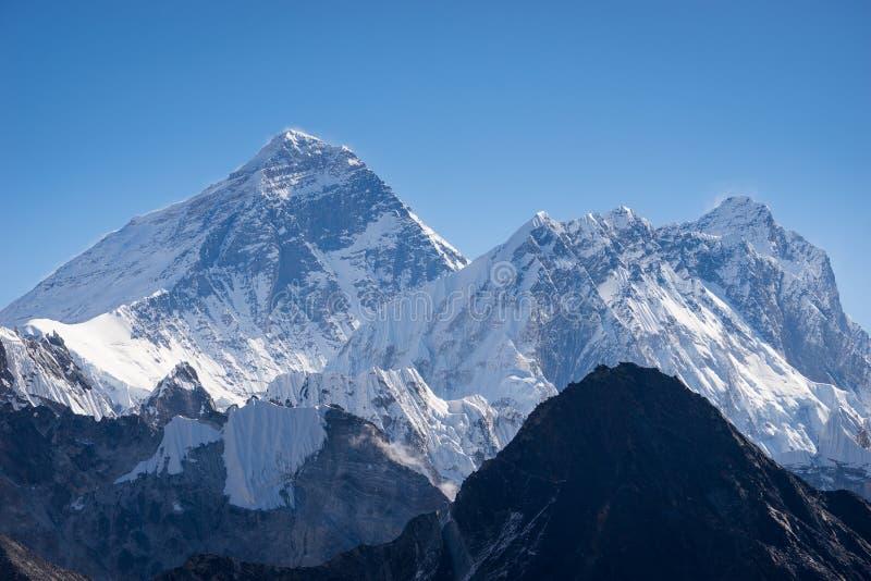 Sikt för Everest och Nuptse bergmaximum från Gokyo Ri, Himalaya rommar royaltyfri bild