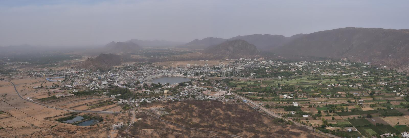Sikt för fågelöga av den Pushkar staden - Rajasthan - Indien, helig hinduisk stad Det är en sakral pilgrimsfärddestination för Hi royaltyfria foton