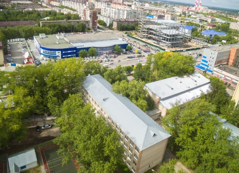 Sikt för fågelöga på den Energetikov gatan Tyumen arkivfoto