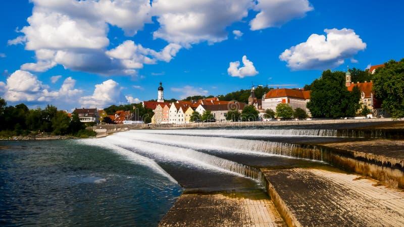 Sikt för flodbank av Landsberg am Lech, Tyskland royaltyfria bilder