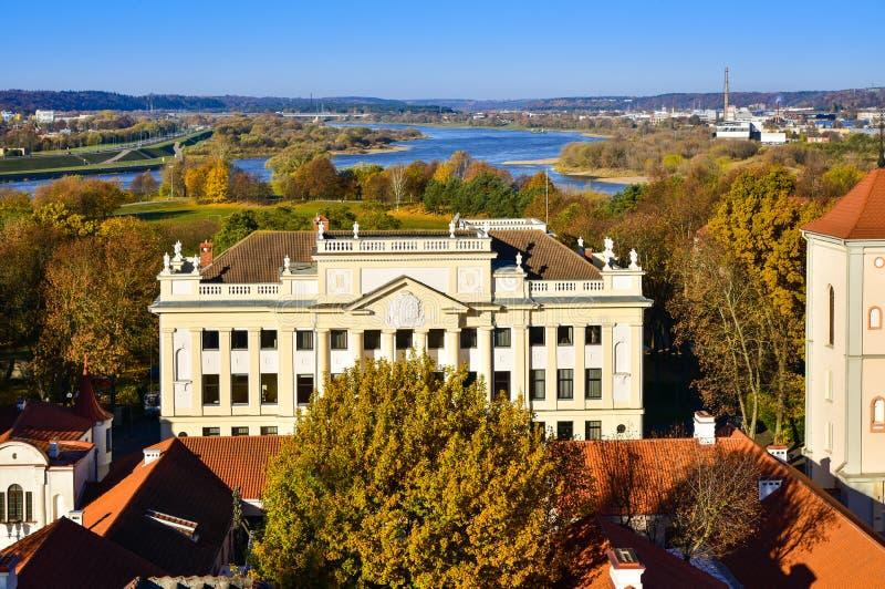 Sikt för gammalt stadcityscape hus för ärkestift för Kaunas flyg- royaltyfri foto