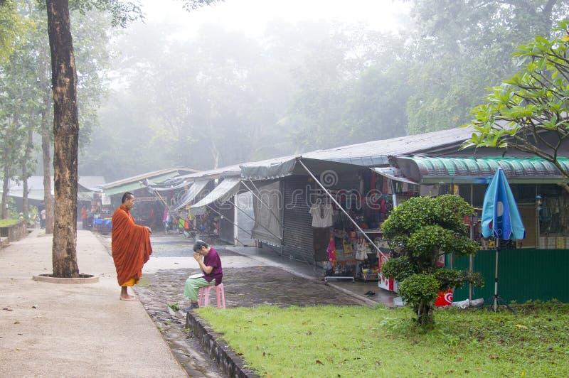 Sikt för gata för Phu kraduengmarknad i Thailand royaltyfria bilder