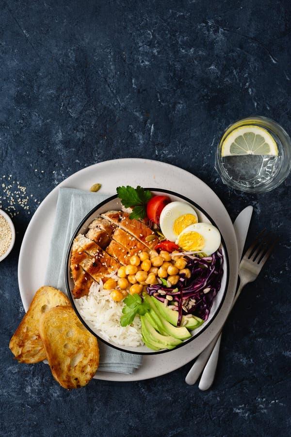 Sikt för grönsaker för ägg för fegt bröst för kikärtar för Buddhabunkeris bästa med kopieringsutrymme royaltyfri bild