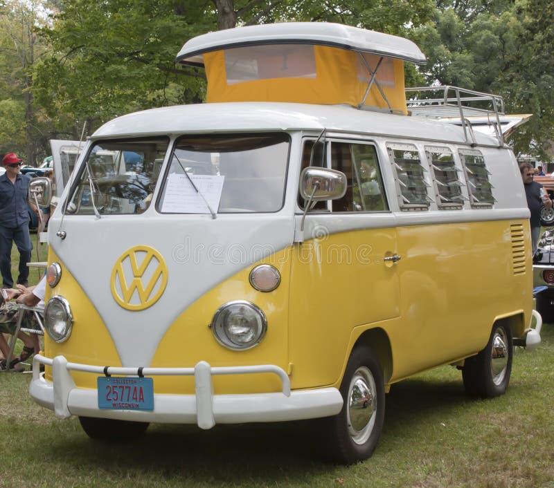 Sikt 1966 för guling- & vitVW-campare mycket - arkivbild