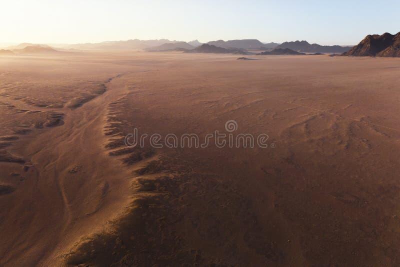 Sikt för hög höjd från luftballonger på sanderna av den Sossusvlei öknen, Sesriem, Namibia fotografering för bildbyråer