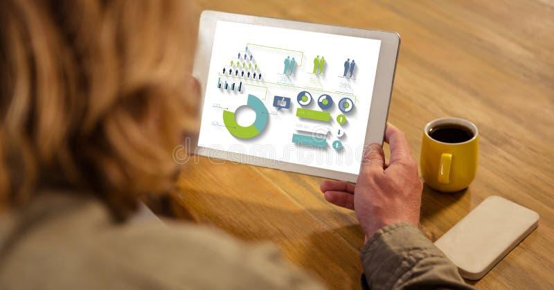 Sikt för hög vinkel av affärskvinnan som ser grafer och diagrammet i minnestavladator, medan sitta vid fliken vektor illustrationer