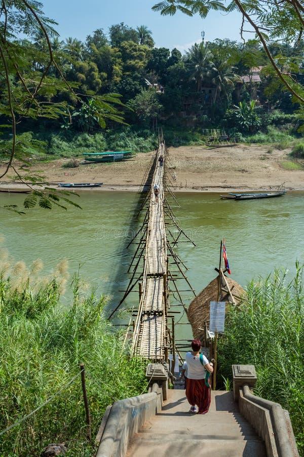 Sikt för hög vinkel av bambubron över Mekong River, landsplats, Luang Prabang, Laos arkivfoto
