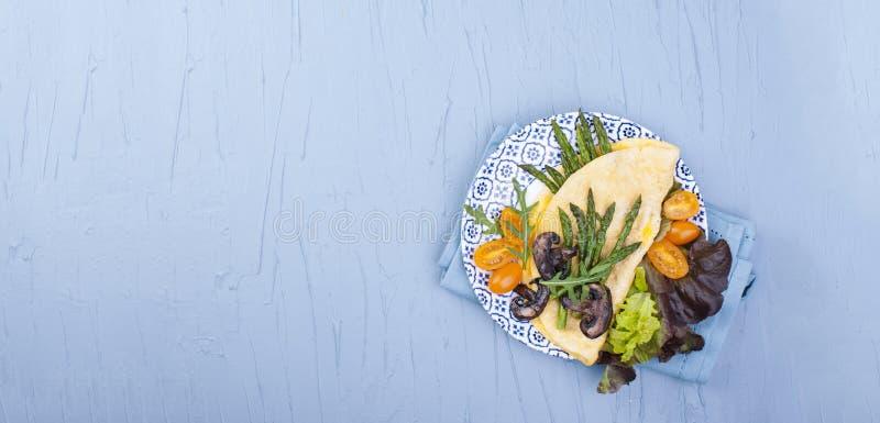 Sikt för hög vinkel av en äggomelett med ägget och ost överst av träportionbrädet, tjänat som, kopieringsutrymme ovanför royaltyfria bilder