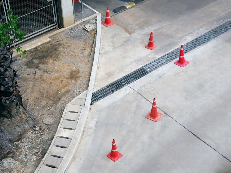 Sikt för hög vinkel av gruppen av orange plast- vägkottar arkivfoto