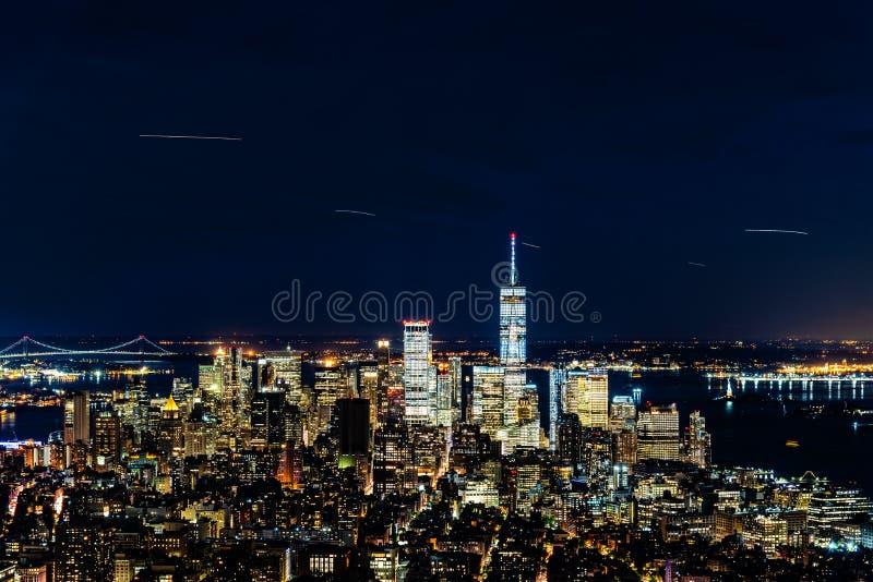 Sikt för hög vinkel av horisonten av Manhattan på natten arkivfoton