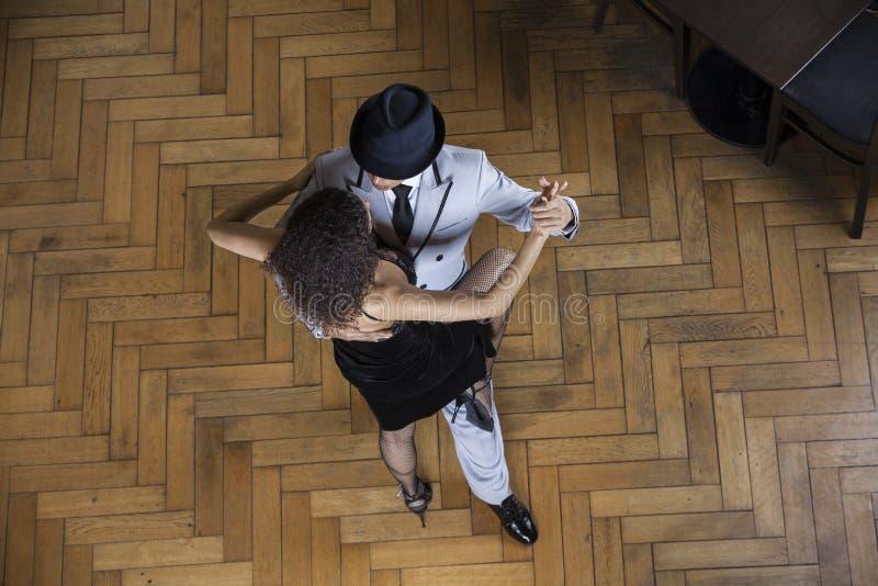 Sikt för hög vinkel av mannen och kvinnan som utför tango royaltyfri fotografi