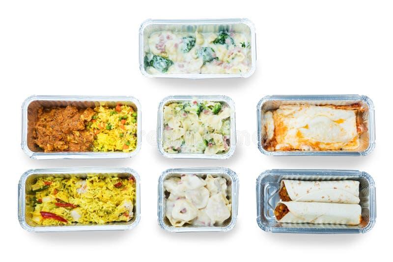 Sikt för hög vinkel av smaklig mat i foliebehållare arkivfoton